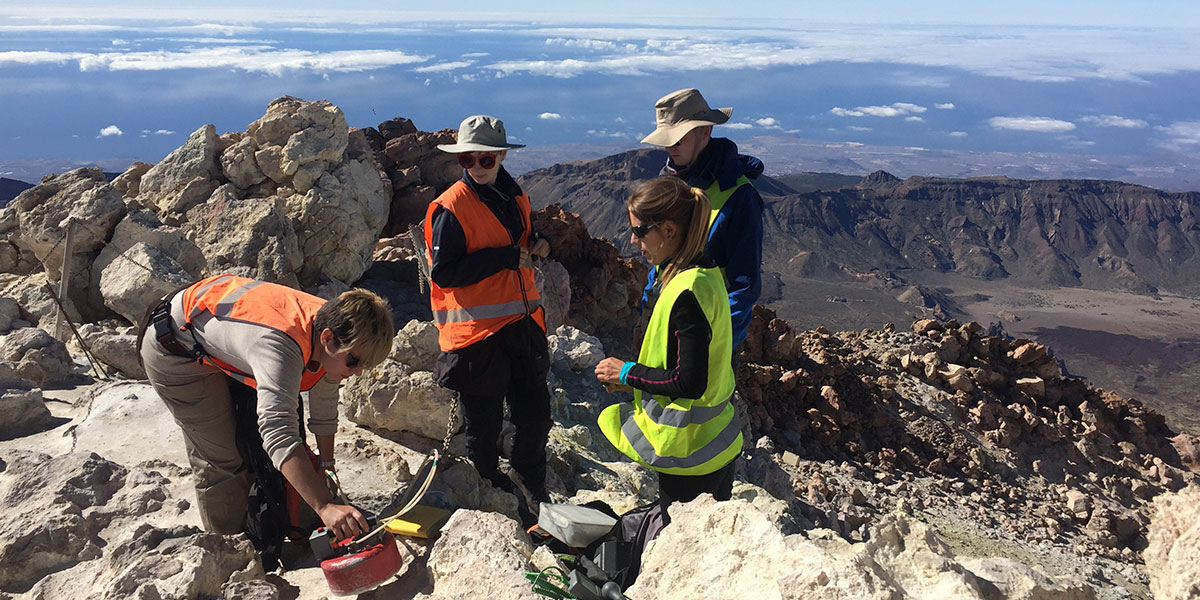 Diffuse CO2 degassing survey for Hierro and Teide summit cone, El Hierro and Tenerife